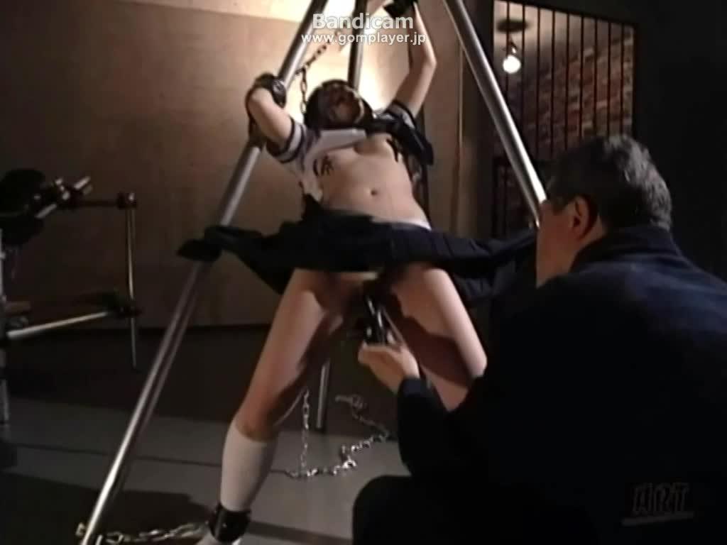 変態オヤジに調教された女子校生。ニップルクリップを付けられ開口器から涎を垂らしながらバイブで弄られるもアクメする寸前で止められるお仕置き。