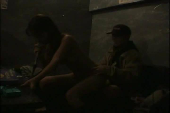 【素人】バカップルがカラオケボックスでハメ撮り...